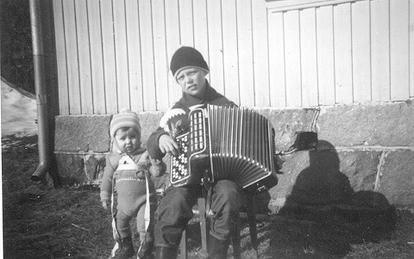 Luksefjell, 1958. Steinar forlot allerede to år senere trekkspillet, til fordel for celloen. Det ble Abildsø skoles strykeorkester.